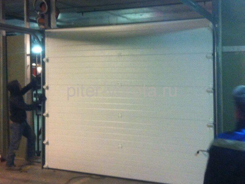 Гаражные подъёмно-секционные ворота в Питерленде